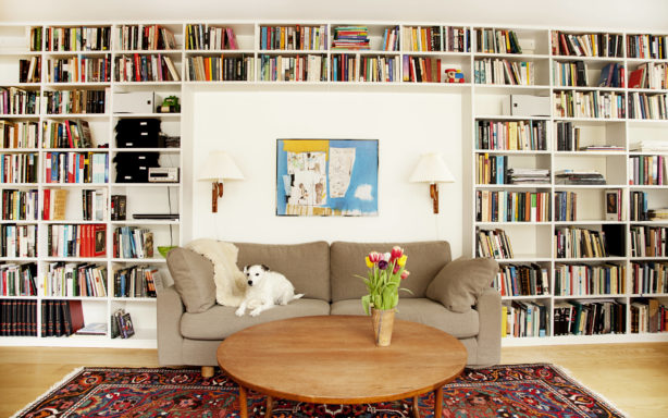 Platsbyggd bokhylla runt soffa